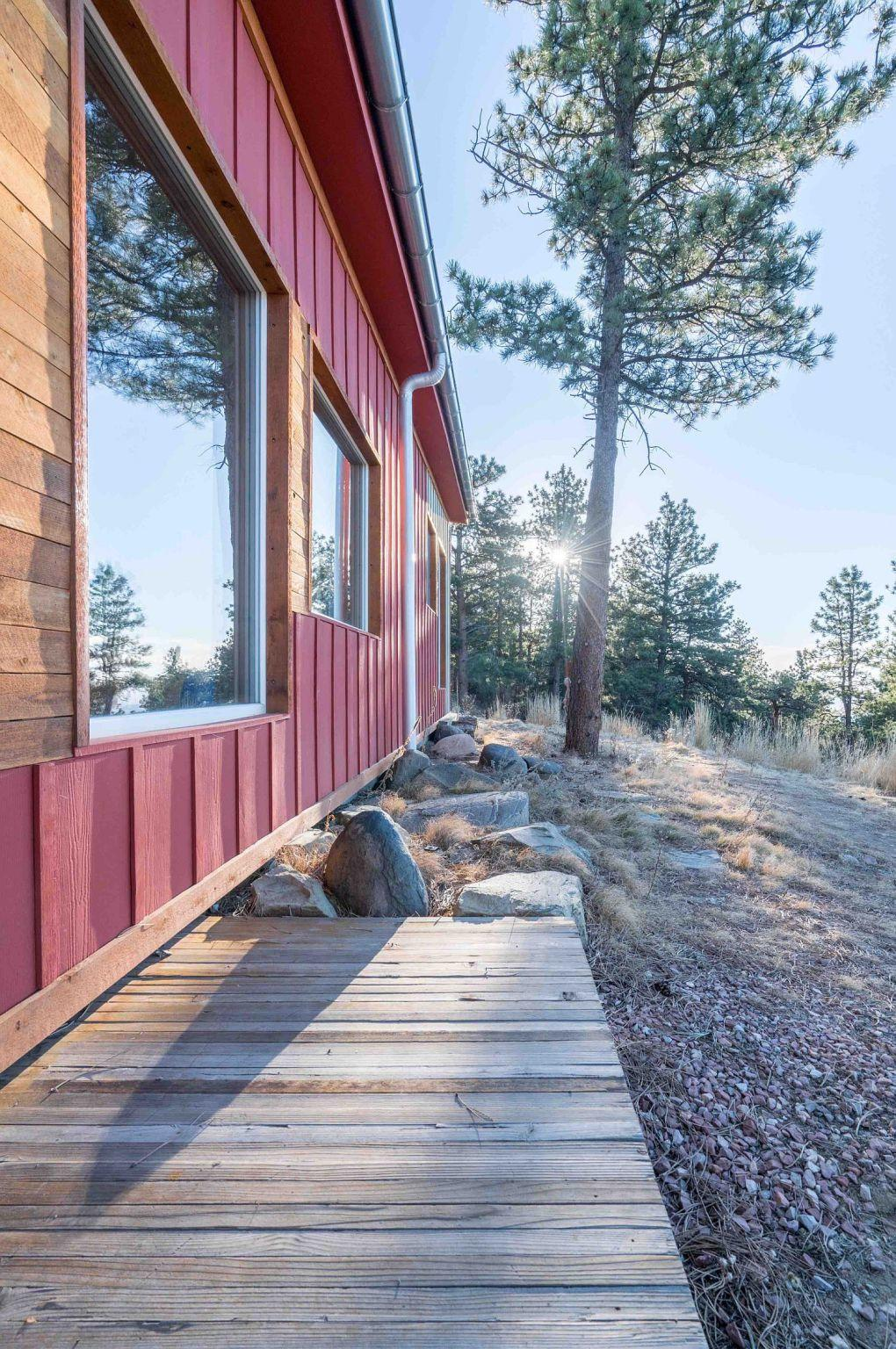 Colorado Evleri | Fabulous exterior in red and wood 1