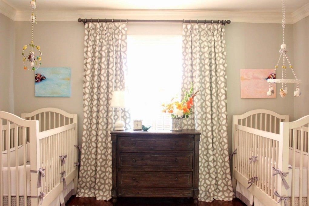 İkiz Bebek Odası | Orderly nursery with a rustic wooden drawer in the center 1 1