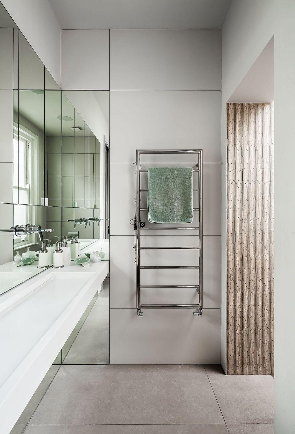 Eski Ev Yenileme Fikirleri | Refined bathroom in white with a steel towel rack 1