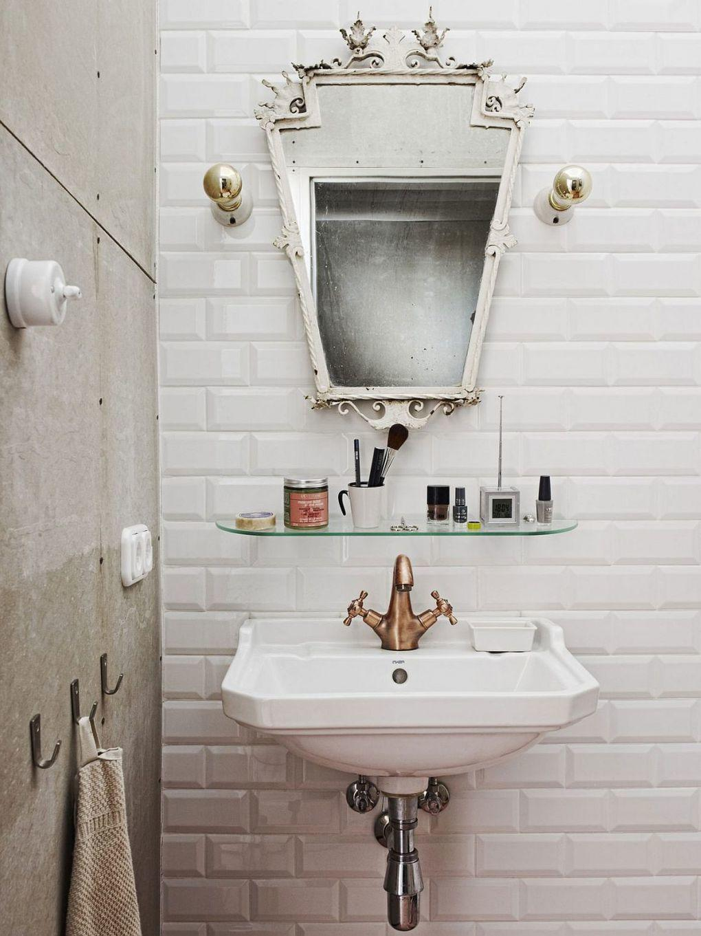 Ressam Evi | Retro industrial bathroom of the Budapest apartment with tiled backsplash 1