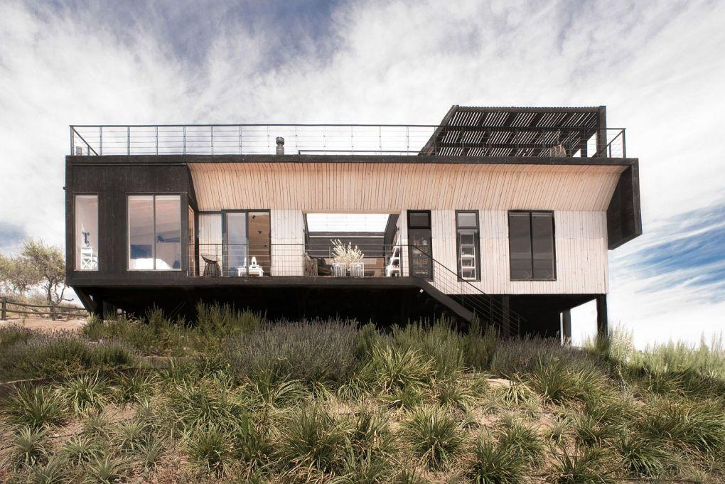 Ahşap Ev | Small and stylish home overlooking Lake Rapel in Chile 1