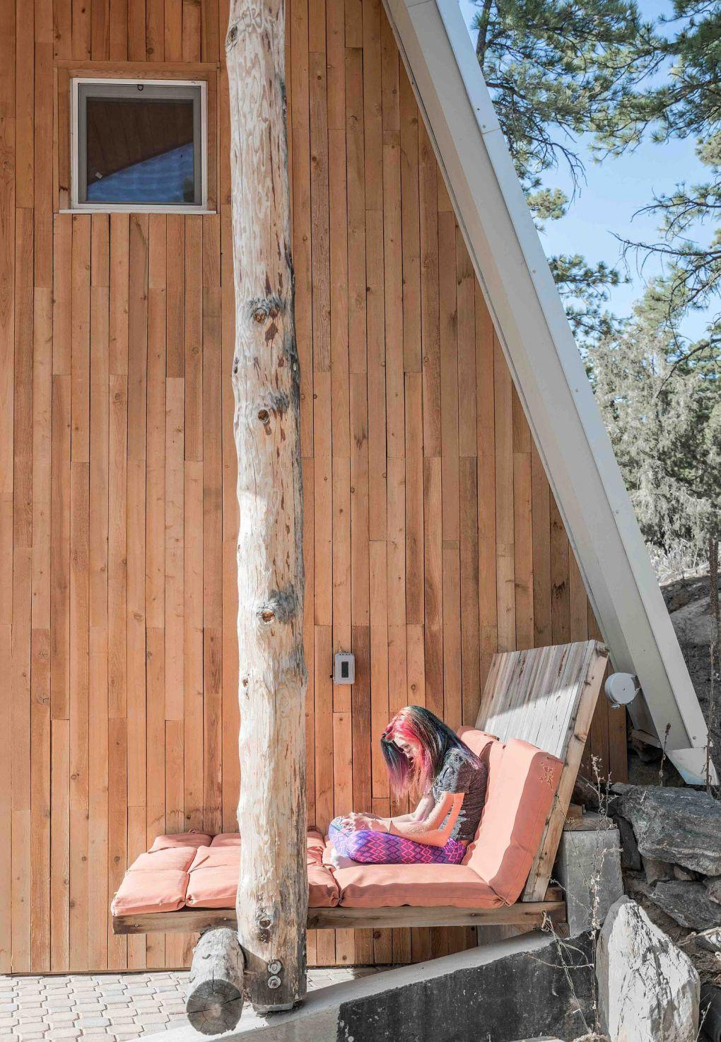 Colorado Evleri | Wood exterior of the home gives it cool cabin look 1