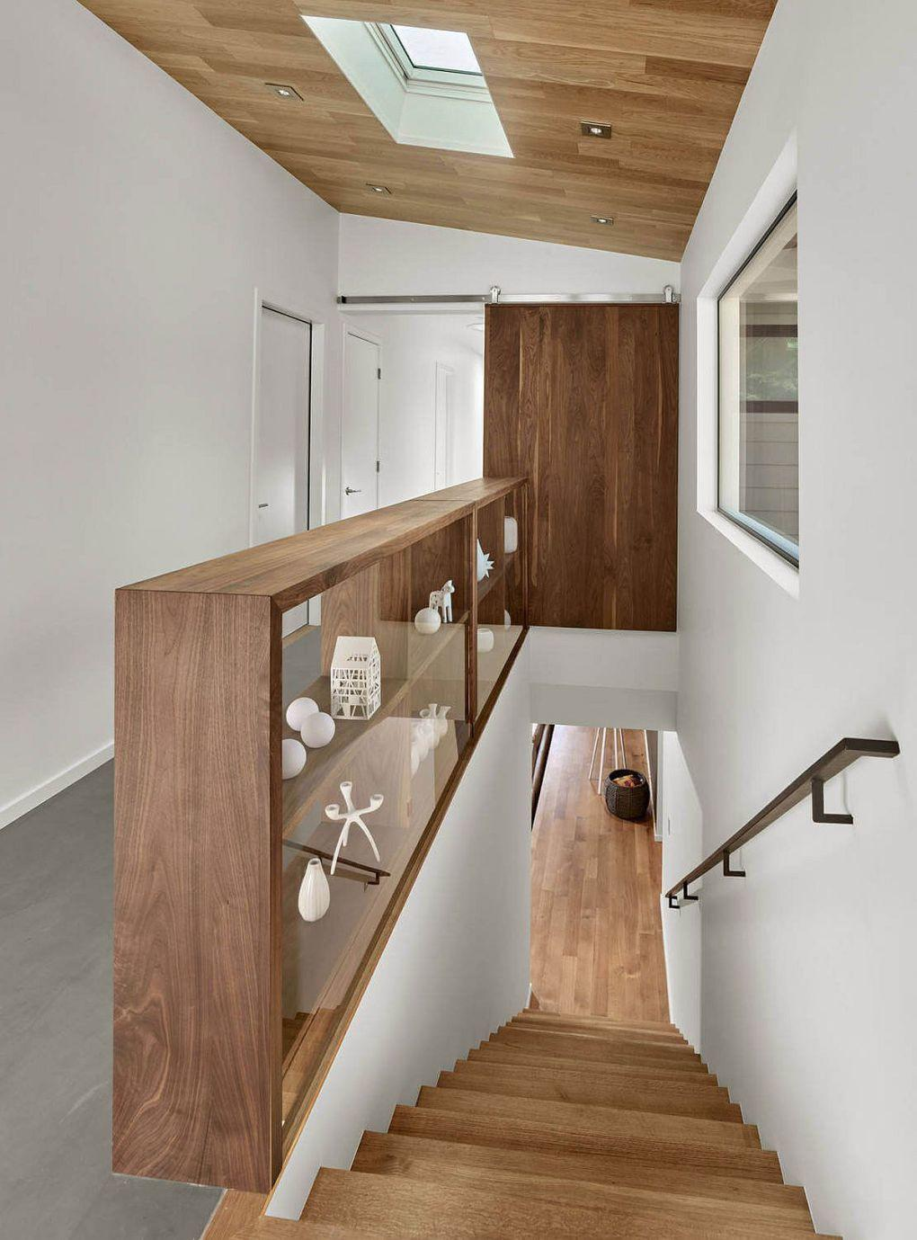 Kaliforniya Evleri | Wooden shelf next to the staircase also doubles as a railing 1